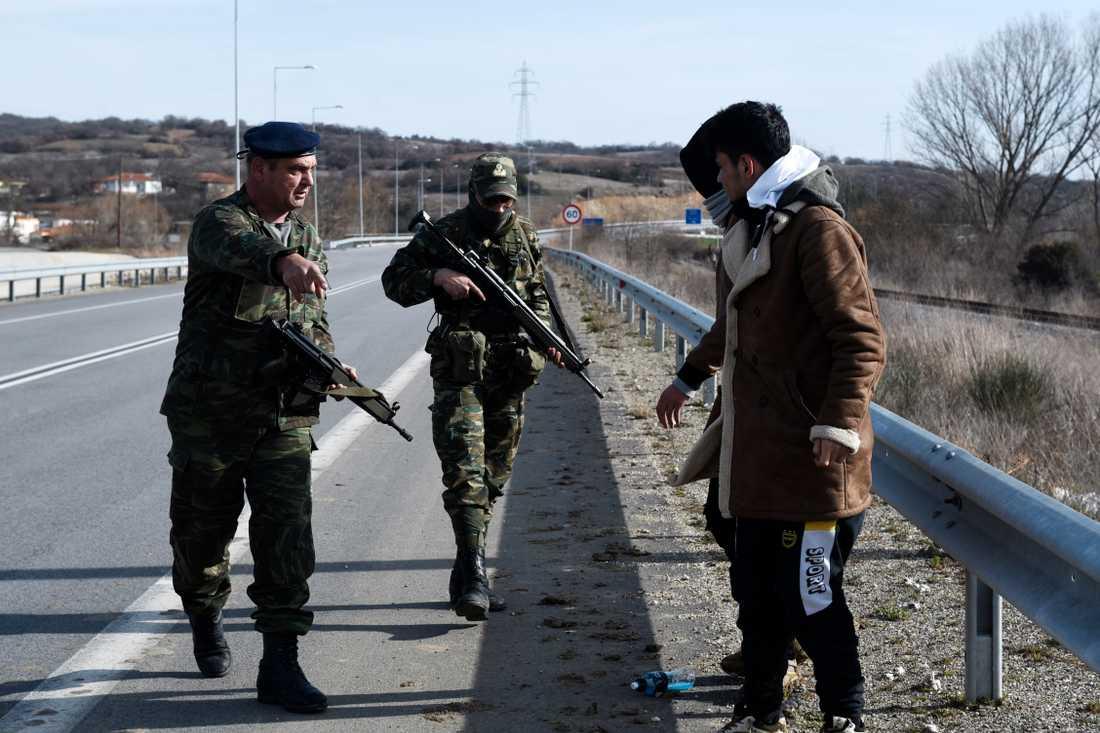 Grekiska armén tar till fånga flyktingar i byn Mandra i Evrosregionen.