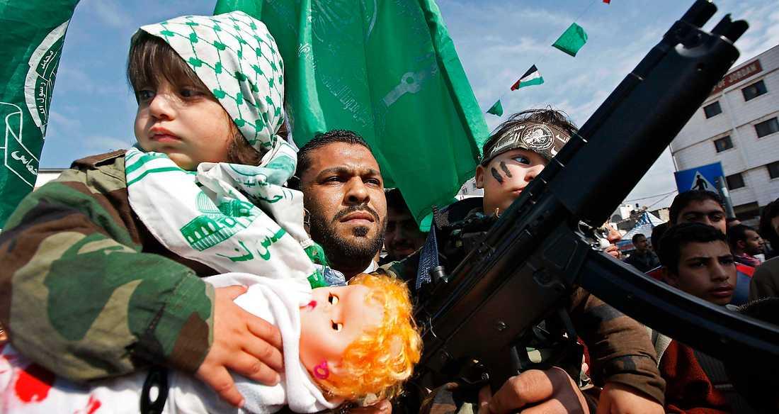 hyllad rörelse En militant Hamas-anhängare demonstrerar i Gaza city. Skribenten Daniel Suhonen ifrågasätter många vänsterdebattörers stöd för islamistiska organisationer.