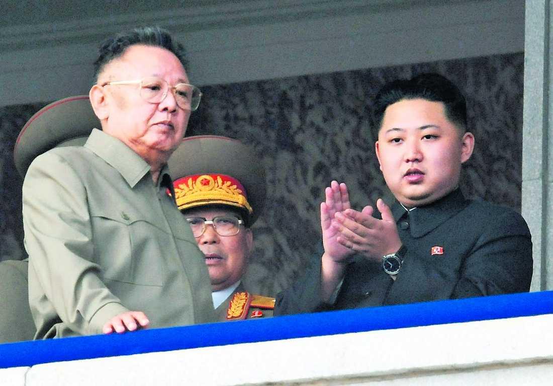 Nordkoreas ledare Kim Jong Il framträder tillsammans med sonen och efterträdaren Kim Jong-Un.