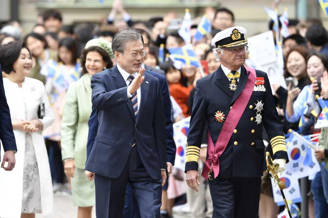 Sydkoreas president Moon Jae-in och kung Carl Gustaf vid Kungliga slottet. I bakgrunden syns Moons hustru Kim Jung-Sook och drottning Silvia. Sydkoreas presidentpar är på ett två dagar långt statsbesök i Sverige.