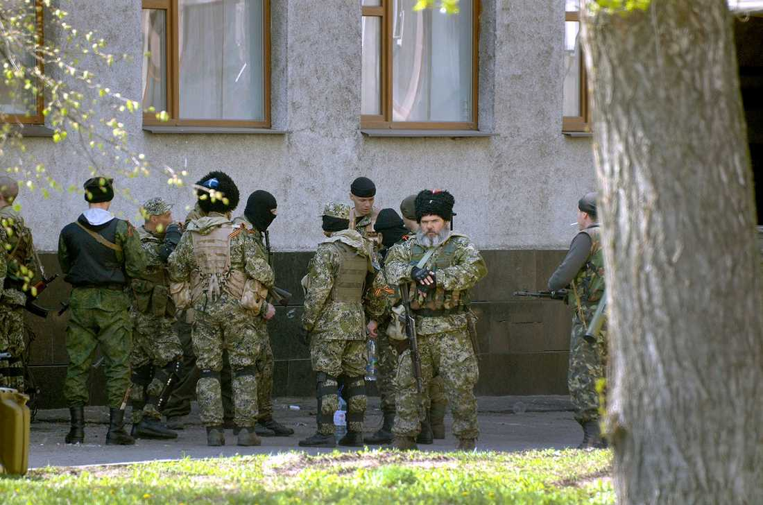 Proryska separatister patrullerar i Slovjansk.