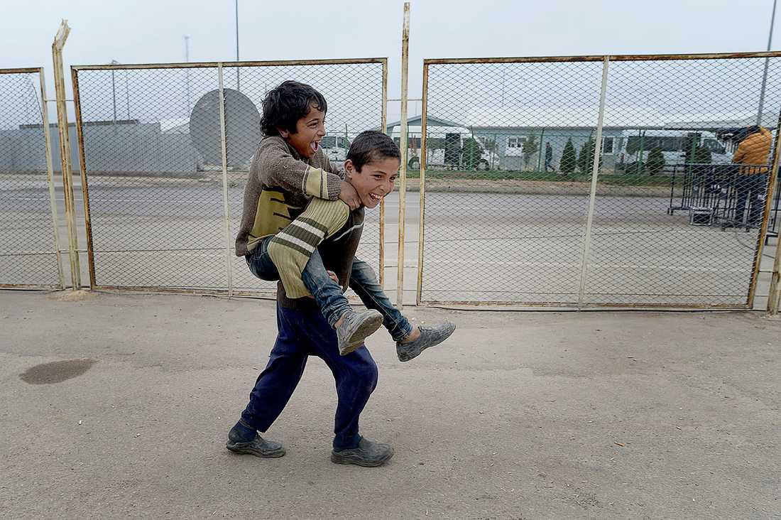 Mohamed leker med en kompis han träffat.