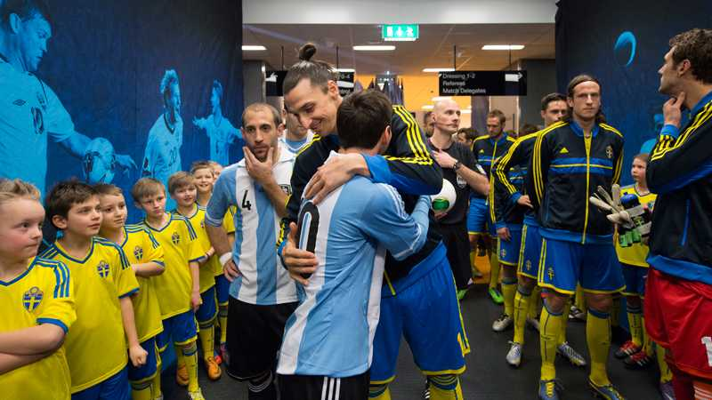 6 februari 2013 spelade Sverige mot Argentina på Friends Arena. Här hälsar Zlatan på sin gamla lagkamrat, världens bäste fotbollsspelare Lionel Messi.