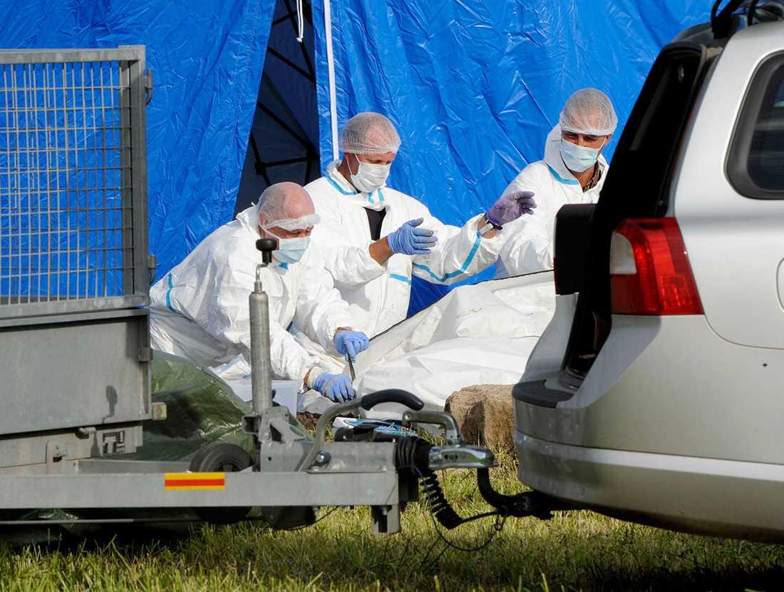 Polisen med de mänskliga kvarlevorna som hittades i sökandet efter 63-åringen.