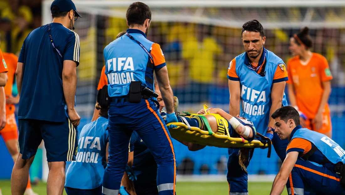Kosovare Asllani tvingades lämna VM-semifinalen efter en otäck smäll mot huvudet.