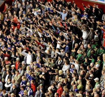 HATRAMSOR Linköpings supportrar skanderade hatramsor under matchen mot Leksand. Nu skakas klubben av en hemsida där det har uppviglats till våld i inlägg i hemsidans gästbok. (Ingen av personerna på bilden har med hemsidan att göra).
