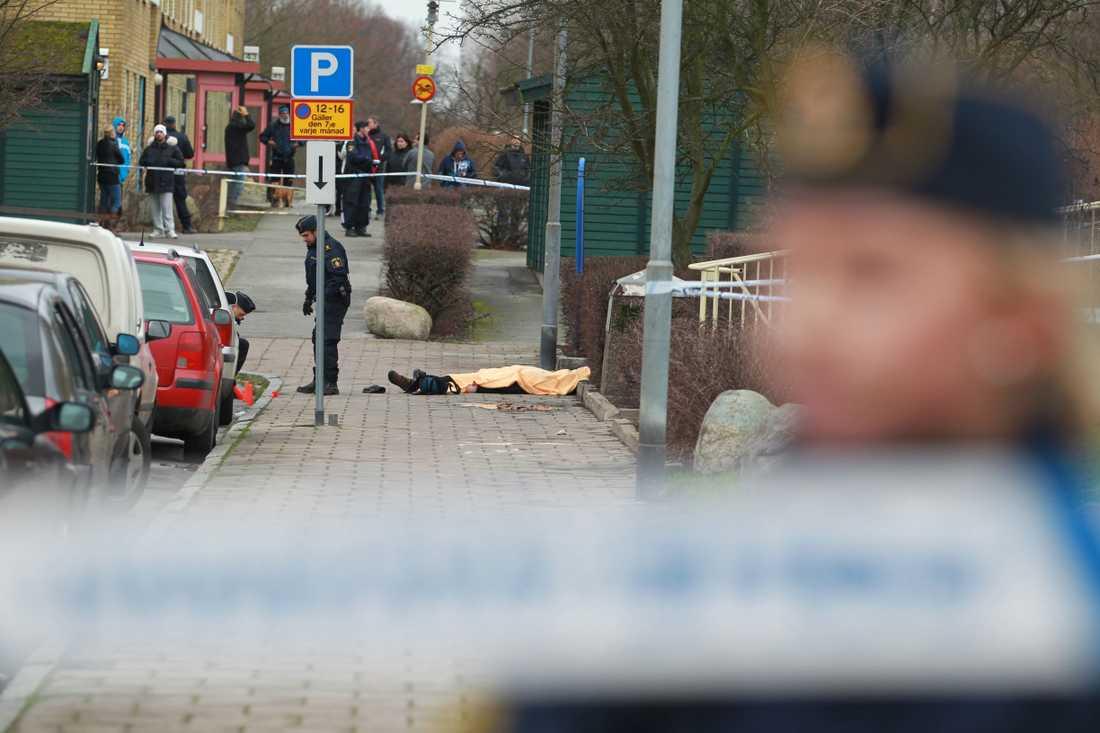 En 50-årig man sköts till döds i Malmö strax innan lunch på tisdagen.