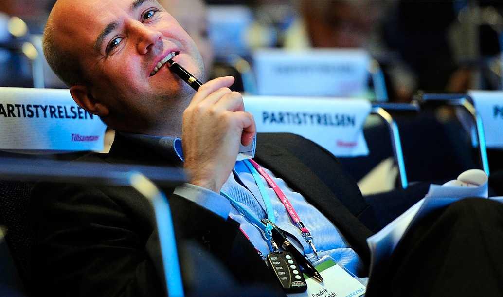 Bekvämt liv Fredrik Reinfeldt har ett lätt jobb som statsminister – tack vare att Håkan Juholt trampar i klaveret gång på gång.