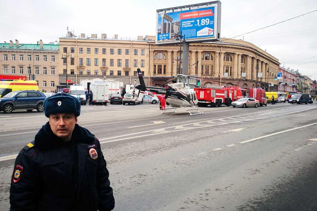 Räddningsfordon utanför tunnelbanan i S:t Petersburg.