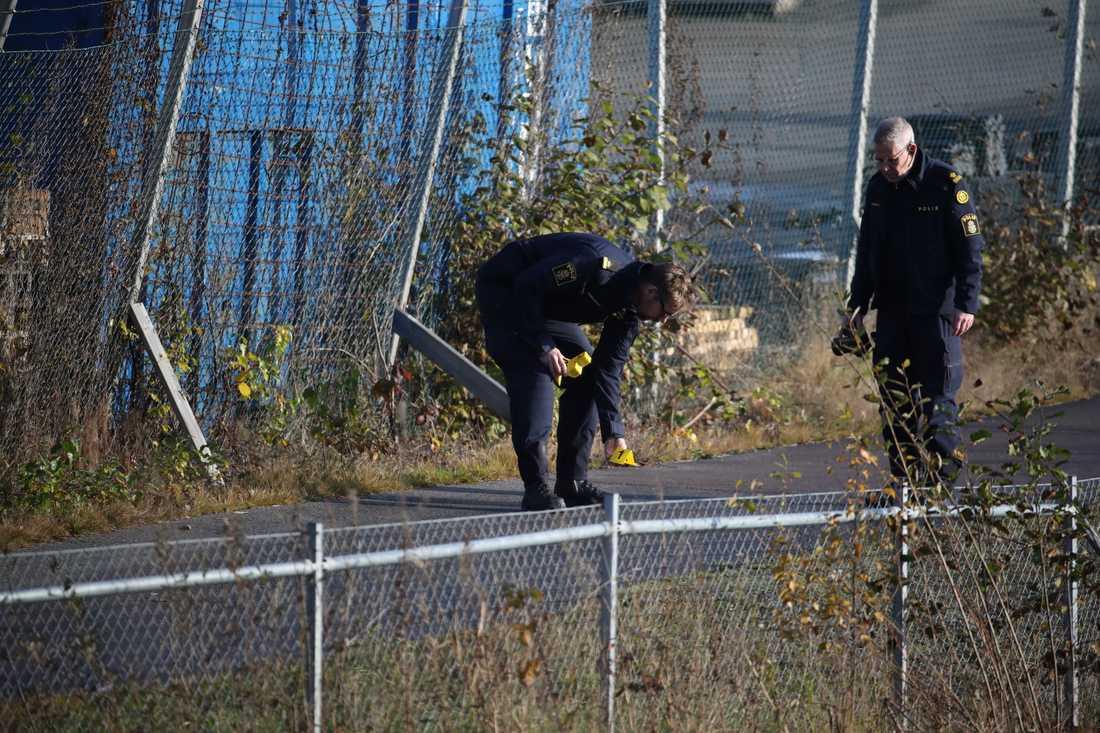 Polisens tekniker arbetar på platsen utanför en festlokal i Mölnlycke där en skottlossning inträffade på lördagskvällen.