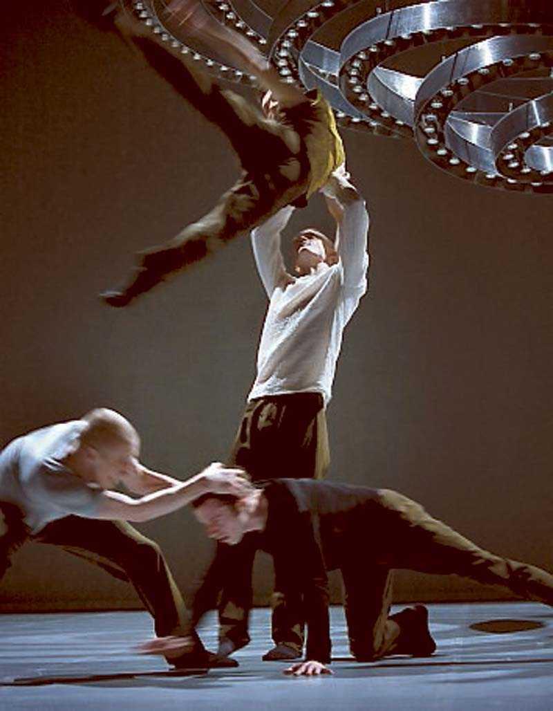 Det är rörelsen i förhållande till dansaren som intagit scenen.