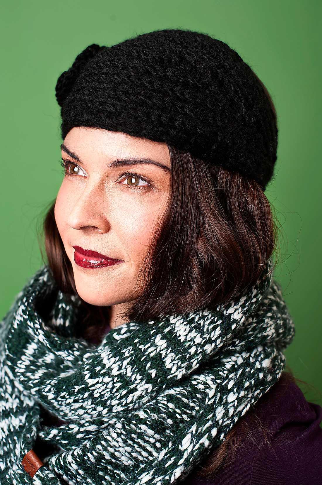 5. Varm i kläderna Svart stickat headband i akryl med blomapplikation, 80 kr, Glitter. Grönvit rundstickad halsduk, 399 kr, Esprit Men Casual.