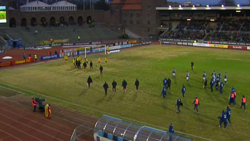 Flera ölflaskor kastades in - och ytterligare något typ av föremål som träffade Mjällbys spelare Gbenga Arokoyo efter målet. Domaren tog då beslutet att avbryta matchen och spelarna lämnade planen.