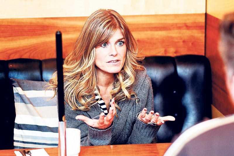 """""""Jag vet inte"""" Pernilla Wahlgren tar sig en funderare på ifall hon ska försöka hinna med att gå på sin brors bröllop."""