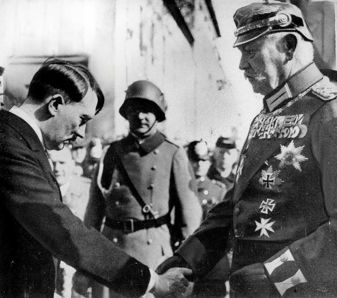 Makten i nazisternas händer  Adolf Hitler och presidenten Paul von Hindenburg i mars 1933, bara dagar innan riksdagen tog det ödesdigra beslutet att  överlämna makten i nazisternas händer.