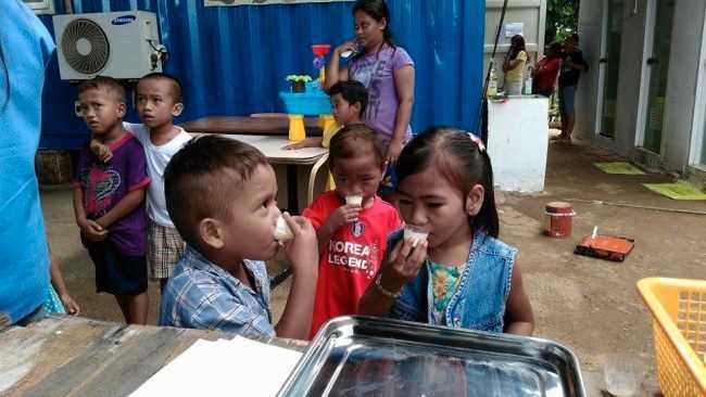 För att barnen ska får bättre immunförsvar får de multivitaminer på kliniken.