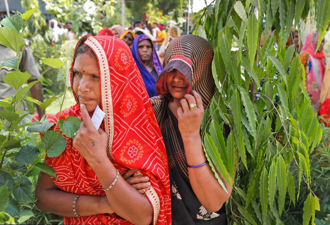 Indiska kvinnor står i kö för att rösta i Varanasi på det utdragna parlamentsvalets sista dag.