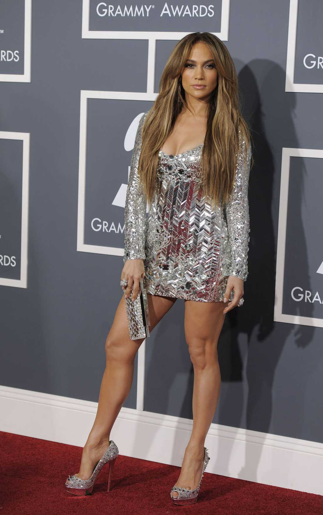 Kurvigt var det här. Jennifer Lopez visar upp sina vackra delar för fotograferna, klänning från Emilio Pucci.