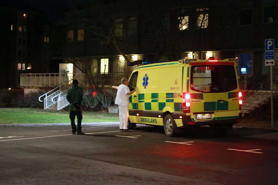 Här anländer ambulansen med evakuerade kvinnan.