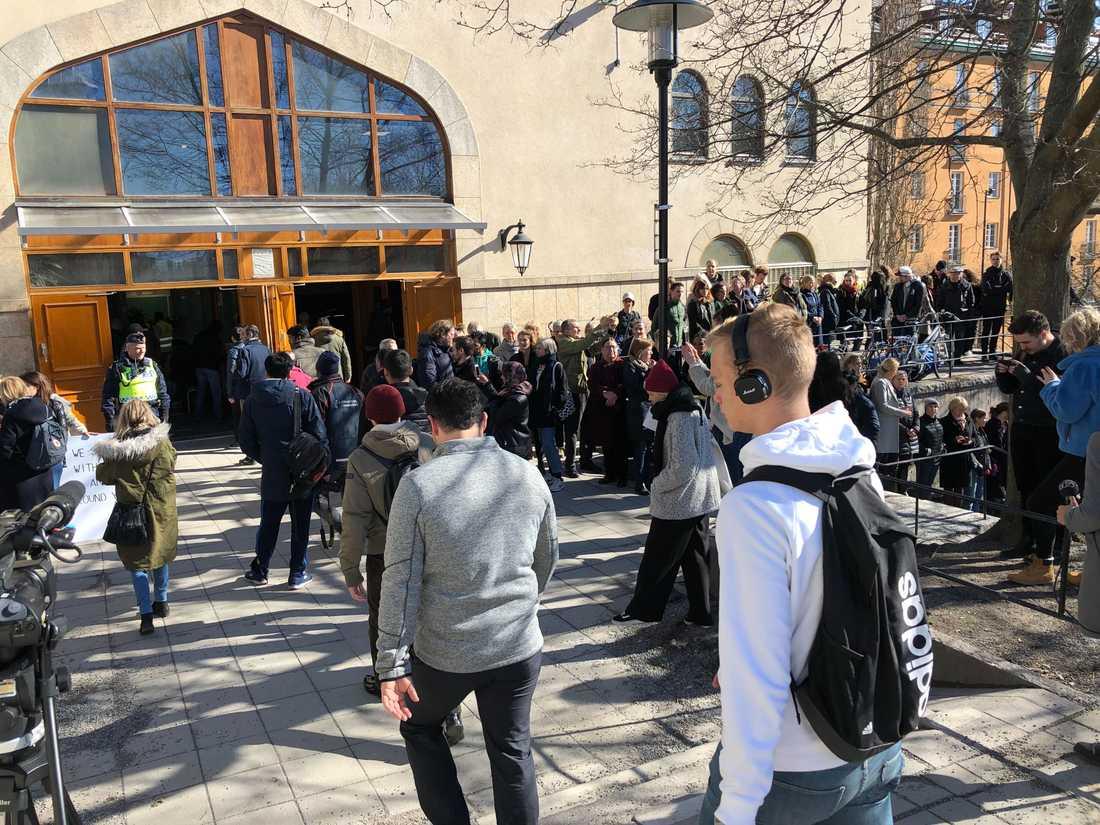 Många samlades vid Stockholms moské för att hedra terrorns offer.