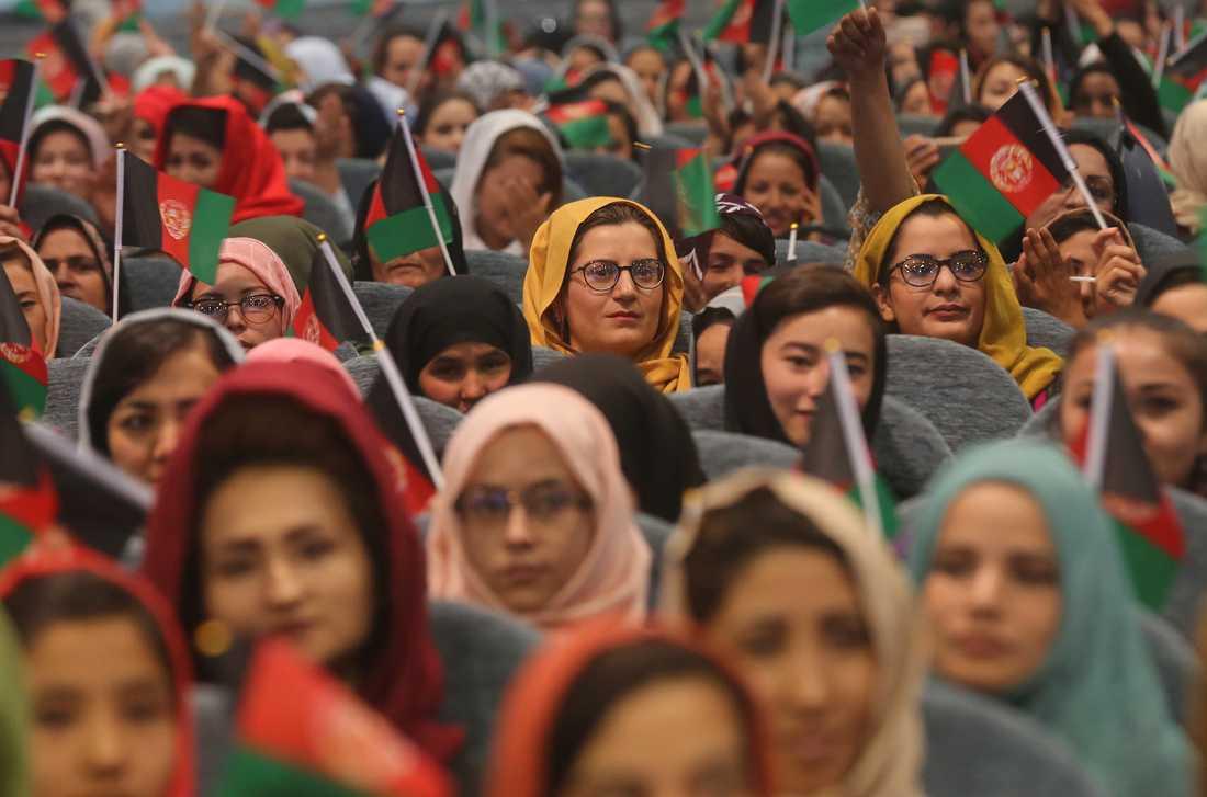 Afghanska kvinnor deltar i ett kampanjmöte för president Ashraf Ghani, som söker nytt förtroende i september.