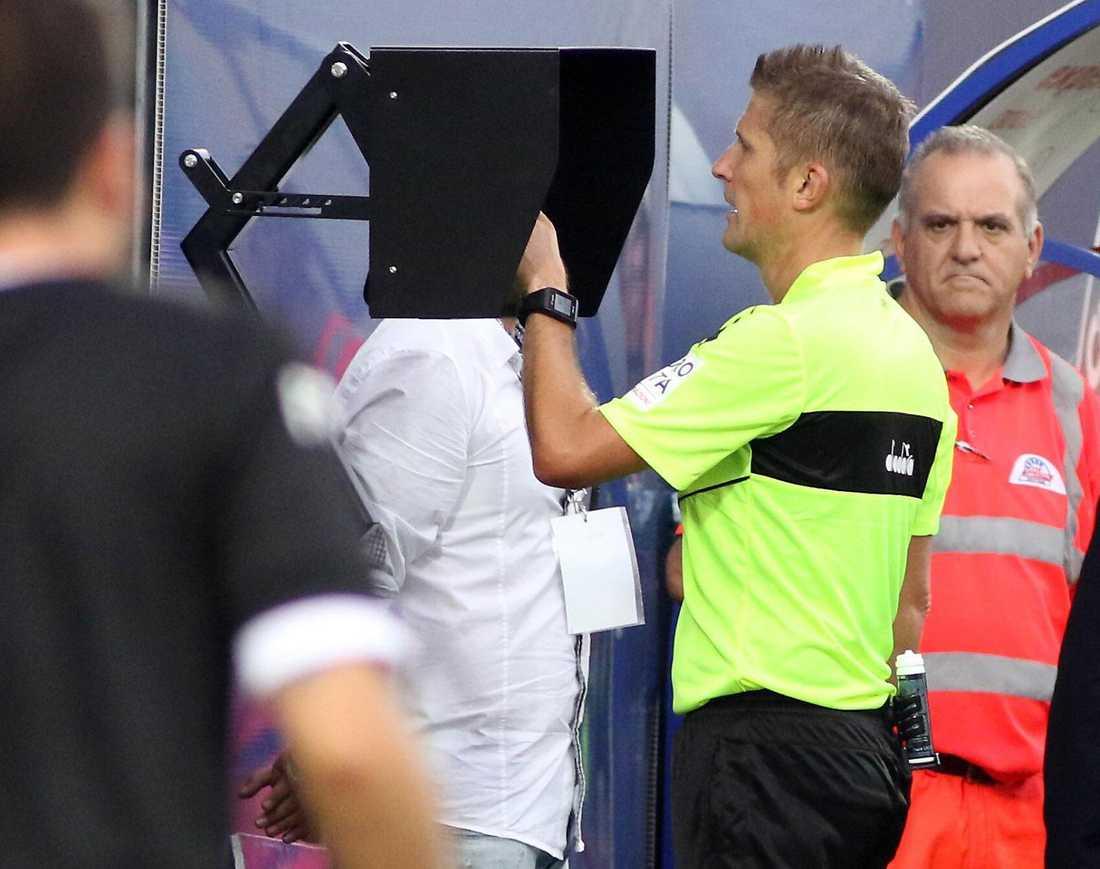 Domaren Daniele Orsato använder videobedömningssystemet Var under en serie A-match i Italien. Arkivbild.