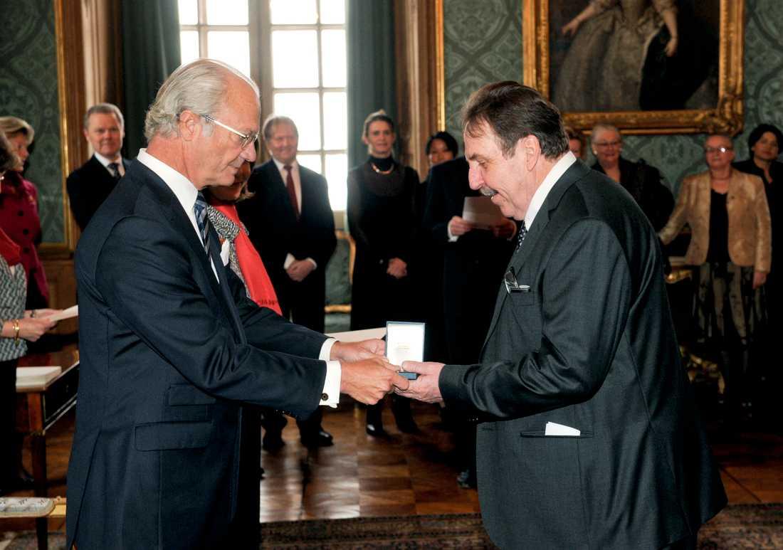 """Janne """"Loffe"""" Carlsson tar emot Konungens medalj 8:e storleken i högblått band år 2010."""