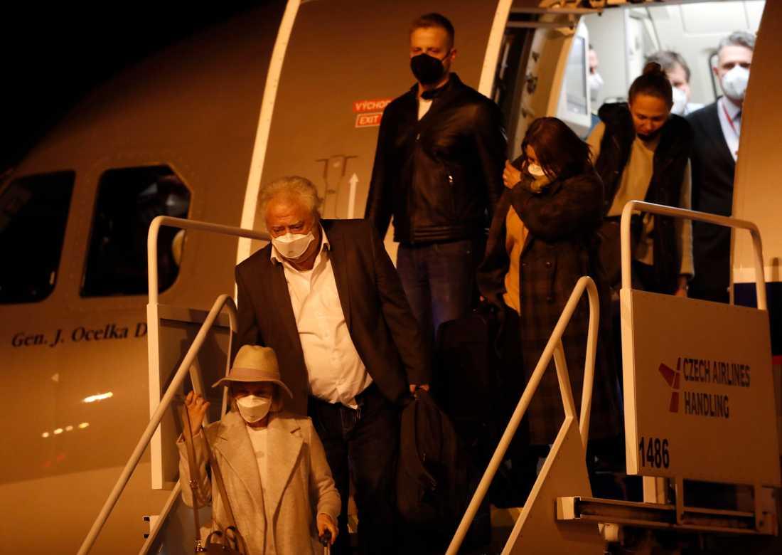 Tjeckiska diplomater som utvisats ur Ryssland till följd av konflikten länderna emellan anländer till Vaclav Havel-flygplatsen i Prag 19 april.