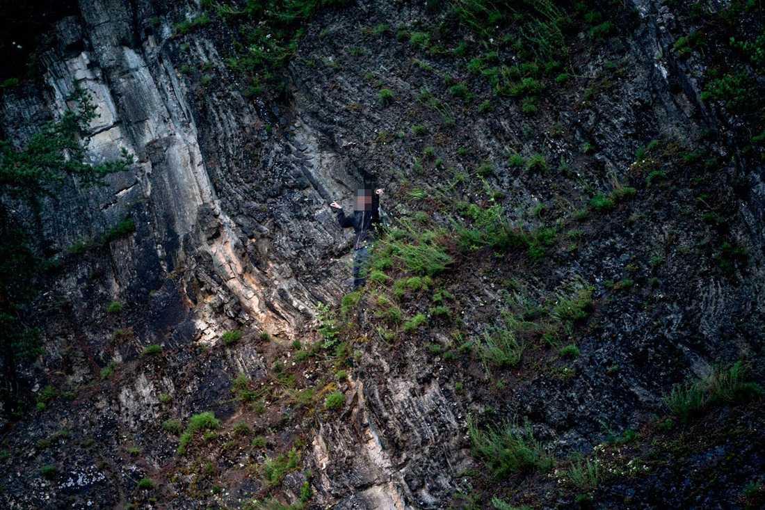 En ungdom från lägret tog skydd i ett gömställe längs med en klippväg.
