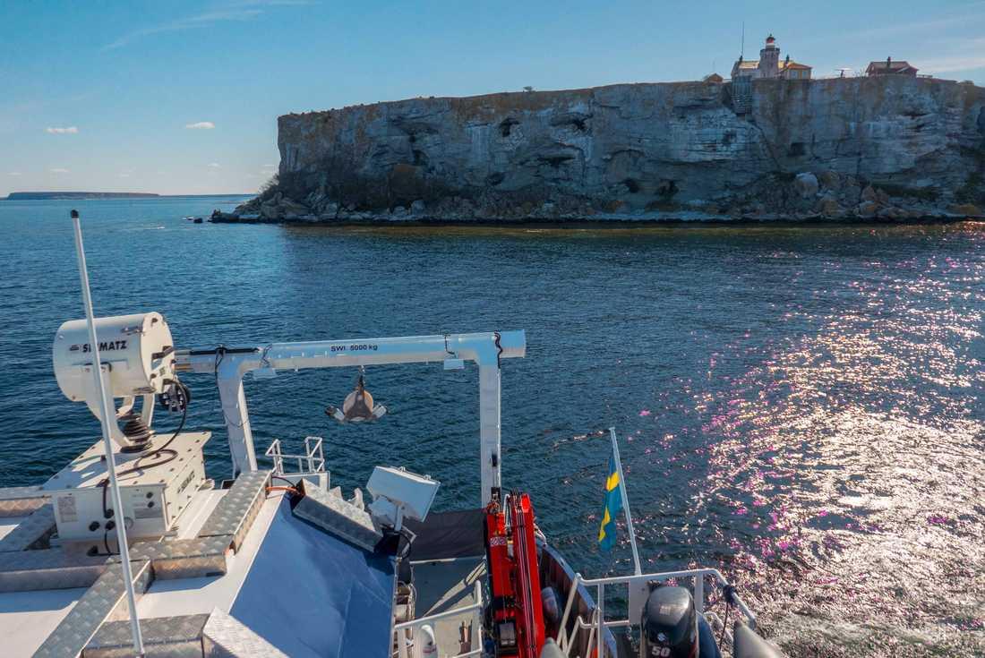 Stora Karlsös klippor sedda från forskningsfartyget R/V Electra, som användes för provtagningarna under studien.
