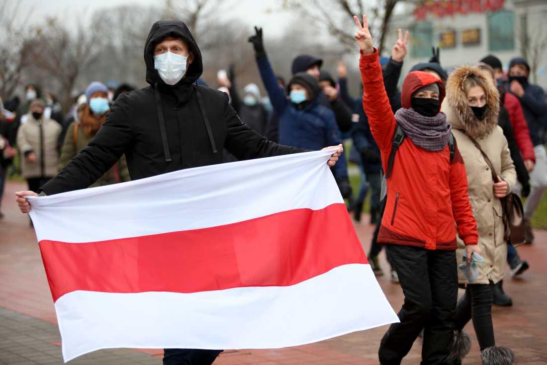 Fler än 10000 människor uppges ha demonstrerat i Minsk på söndagen.