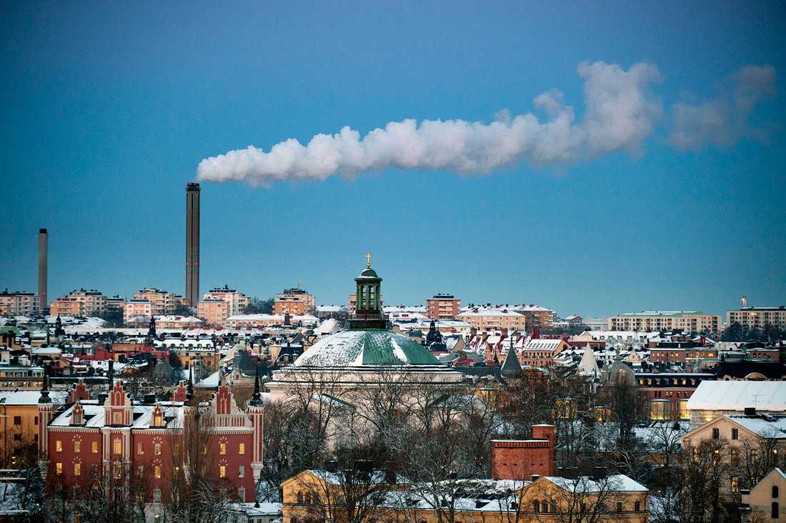 Stockholms stad satsar på att bygga modulhus och försöka få privatpersoner att hyra ut sina bostäder för att kunna ta emot de nyanlända.