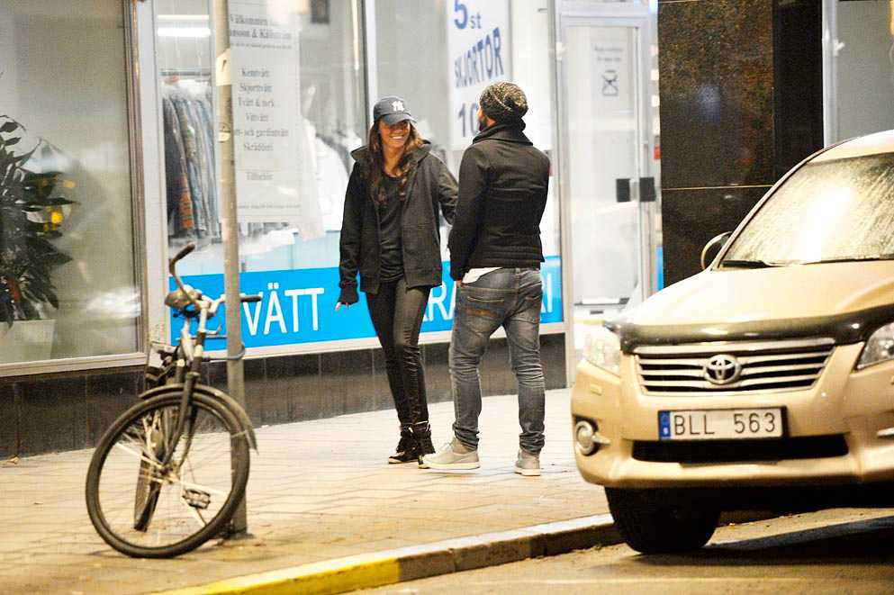 Enligt uppgifter till Nöjesbladet har Måns sedan i somras varit i ett förhållande med Azra Osmancevic, 25.