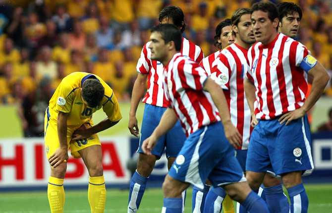 Under VM 2006 i Tyskland hade Zlatan ont i ljumskarna och presterade knappast på topp. Här hukar sig svensken i segermatchen mot Paraguay, där Fredrik Ljungberg gjorde blågults segermål.