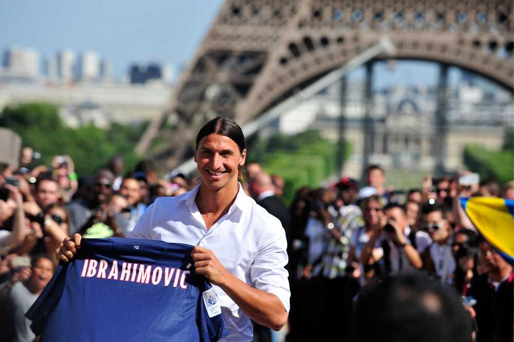 I juli 2012 presenterades Zlatan för sin nya klubb PSG. Givetvis vid foten av mäktiga Eiffeltornet.