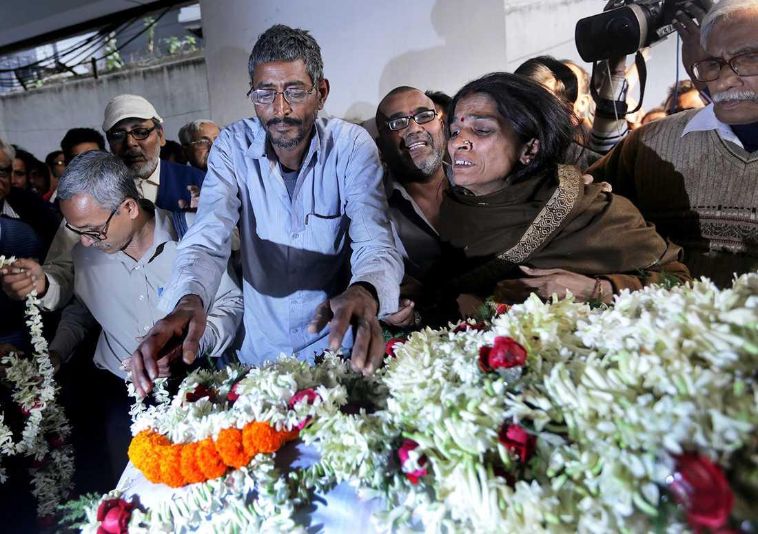 Flickans pappa och mamma under begravningen.