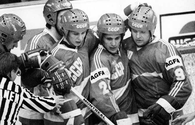 Superfemman kikar ner på en överspelad och ur bild Pekka Lindmark under ishockey-VM i Österrike 1987. Året då Tre Kronor vann.