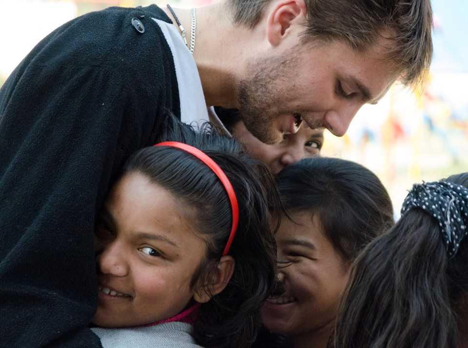 Jonatan tillsammans med ett par av flickorna som han hjälpt till att få fria.