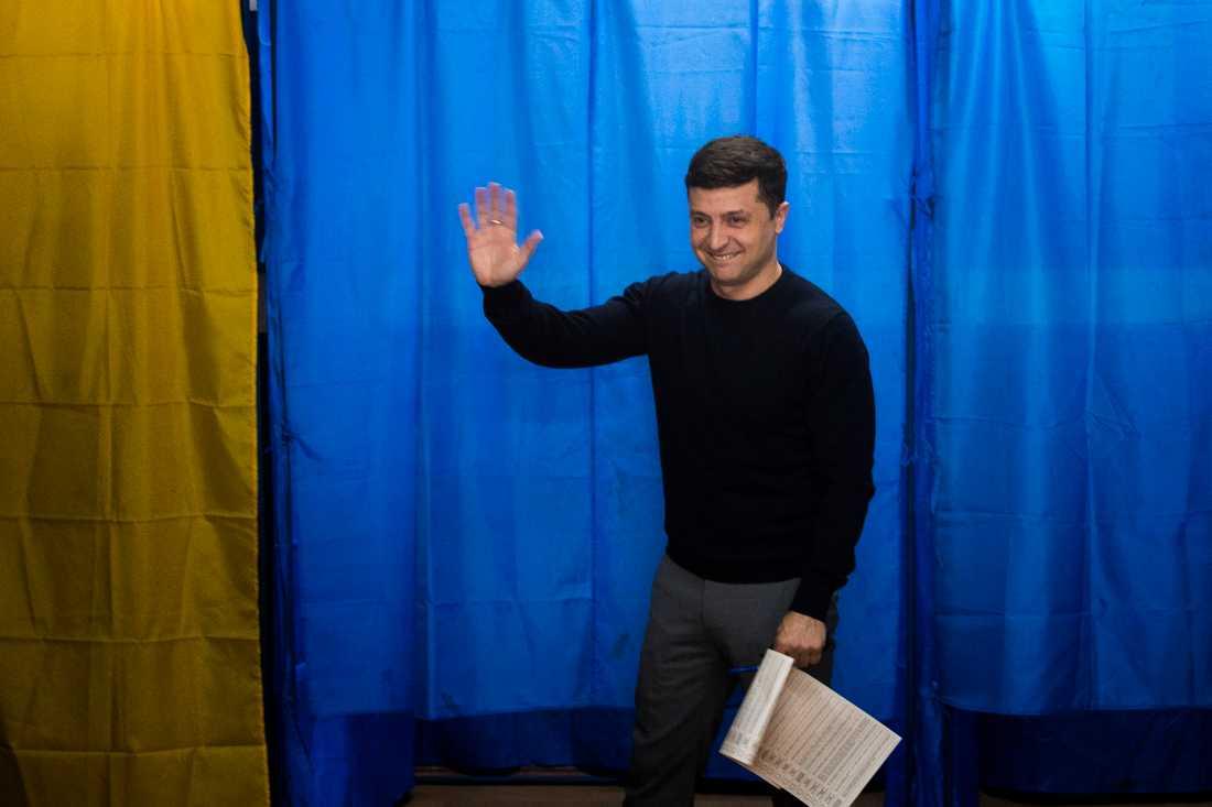 Komikern och presidentkandidaten Volodymyr Zelenskyj på väg att lägga sin röst i söndagens val.