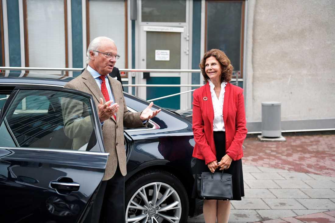 Kungen och Drottning Silvia anländer till BB.