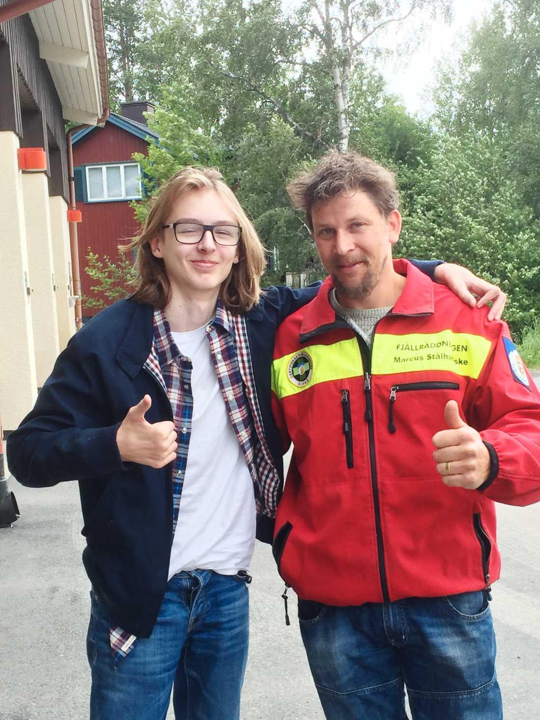 Leo Wågberg med Marcus Stålhandske från Fjällräddningen. Leo räddades efter att ha fått hjärtstopp när han hamnade i vattnet vid en kanottur på konfirmationslägret.