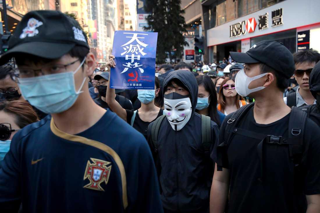 Demonstranter trotsade demonstrations- och maskeringsförbudet i Hongkong.
