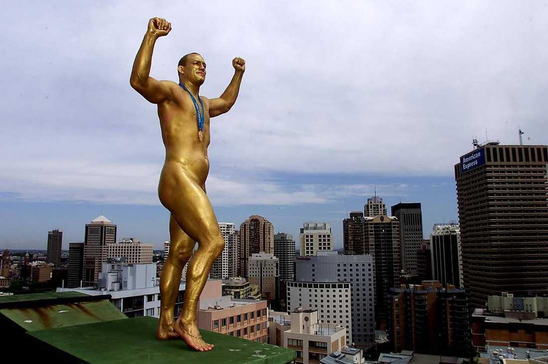 Det var i OS i Sydney 2000 som Mikael Ljungberg nådde sin största framgång. Efter guldet gav kungen honom en stor björnkram och Sportbladet målade honom i guld för detta speciella foto.