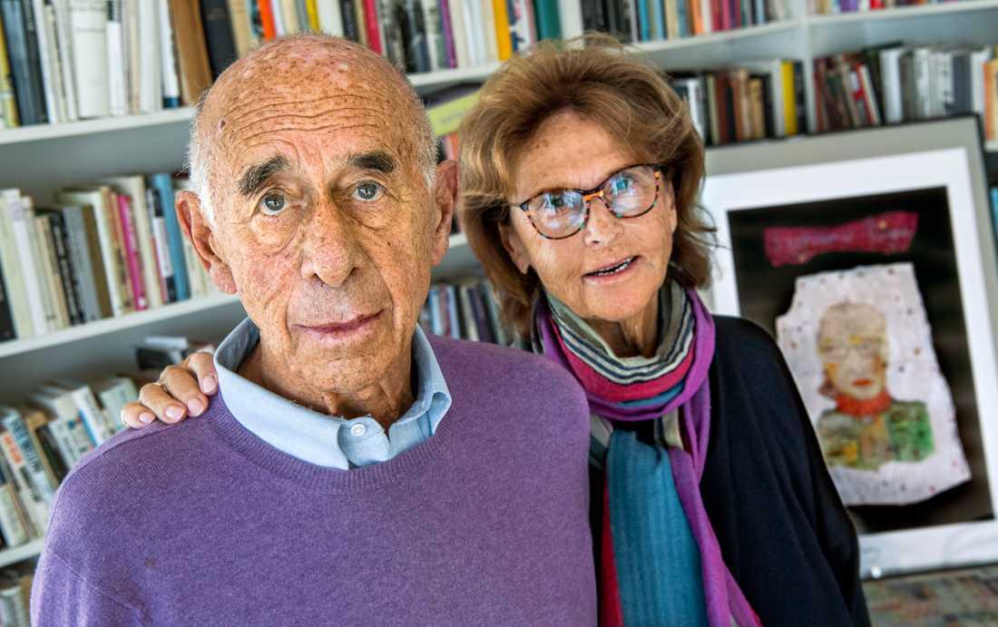 Gerald Nagler med hustrun Monica bredvid ett porträtt av vännen Ruth Bader Ginsburg.