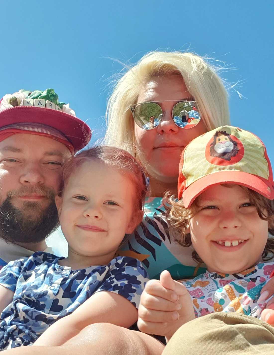 Därefter har Karin och hennes man fått lära sig hur de ska underlätta sin sons vardag.