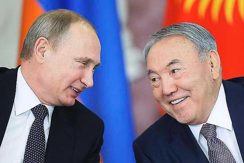 Nazarbajev med Rysslands president Putin som liksom Kina och västvärlden låter diktaturen i Kazakstan hållas.