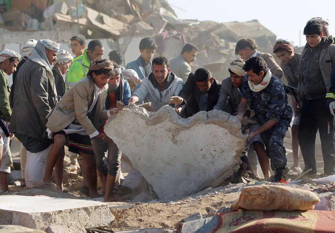 Nära Sanaa Airport i Jemen söker man efter överlevare efter den Saudiska flygräden.