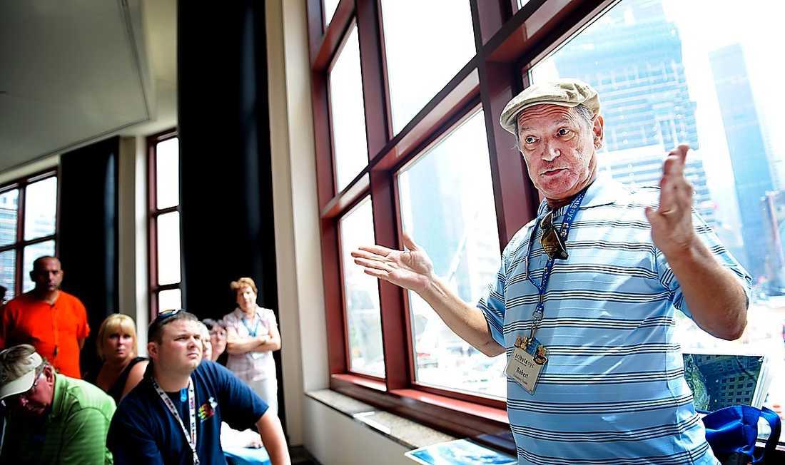 """GUIDAR Bob Nussberger guidar numera turister runt Ground Zero. """"Varje gång jag berättar för andra vad som hänt så bearbetar jag min egen sorg"""", förklarar han."""