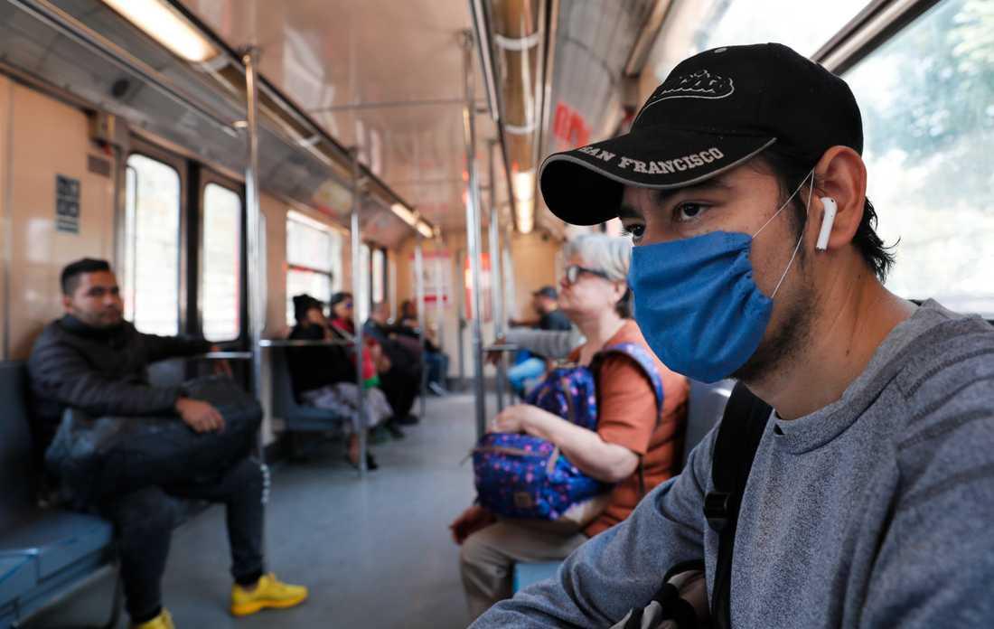 En tunnelbaneresenär med munskydd i Mexico City. Bild från i februari.