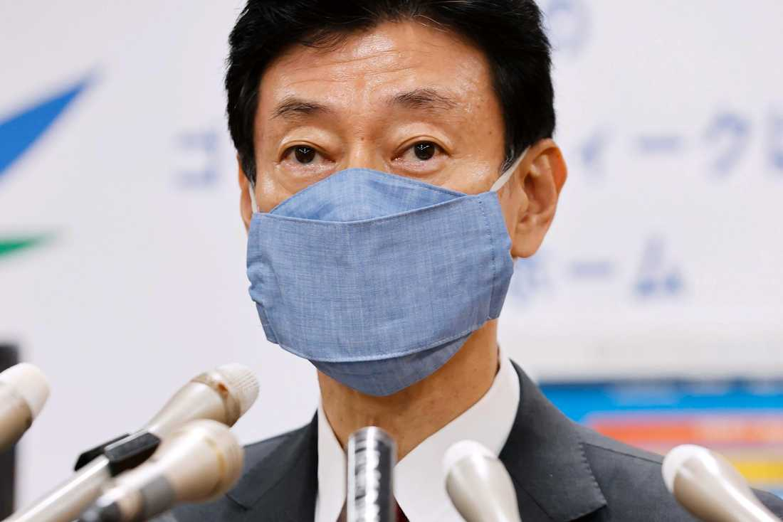 Yasutoshi Nishimura vid en presskonferens i Tokyo den 1 maj.